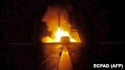 У Середземному морі було розгорнуто флот для точного нанесення ударів по місцях виробництва хімічної зброї в Сирії. На фото французький фрегат проводить запуск крилатих ракет, які мають уразити цілі. 14 квітня 2018 року