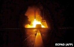 """Запуск крылатой ракеты, по цели в Сирии, с французского фрегата """"Аквитания"""". 14 апреля 2018 года"""