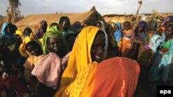 Сердобольные французы хотели помочь сиротам, но оказались за решеткой. Беженцы Дарфура после пятничной молитвы