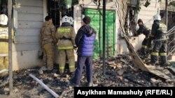 Сотрудники ДЧС у сгоревшего здания в селе Масанчи. Жамбылская область, 8 февраля 2020 года.