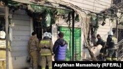 Сотрудники ДЧС у сгоревшего в Масанчи строения.