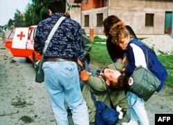 'Možda možemo pretpostaviti da je Evropska zajednica nametnula neki petogodišnji moratorijum, da bi se nešto moglo ispregovarati u smislu neke konsolidacije. Međutim, atmosfera je bila pregrejana. Već je bilo pobuna u Lici, u Borovu selu' (Fotografija: Ranjeni civili u Borovom selu 1991(