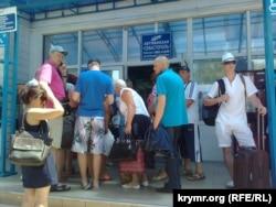 Очереди у автовокзала в Севастополе, июнь 2015 года
