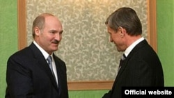Президент Белоруссии обещал Москве признать Абхазию и Южную Осетию когда-нибудь в будущем. На фото Александр Лукашенко с генсеком ОДКБ Николаем Бордюжей