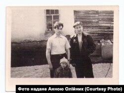 Володимир Олійник (ліворуч) з сином (по центру) під час заслання