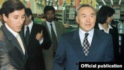 Болат Әбілев (сол жақта) және Нұрсұлтан Назарбаев.