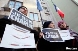 """Сотни людей по всему миру пришли сегодня к посольствам Франции с плакатами """"Я - Шарли"""""""""""