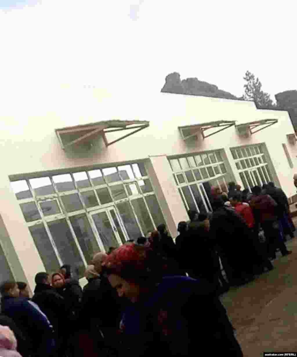 Türkmenbaşy şäherindäki azyk nobatlary.