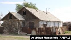 Дом, где жил Жаксылык Махмутов, который, по версии силовых органов, «совершил самоподрыв» 26 июня во время «спецоперации». Карагандинская область, 4 июля 2016 года.