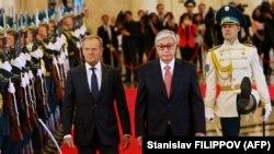 Donald Tusk (solda) və Qasym-Zhomart Toqaev