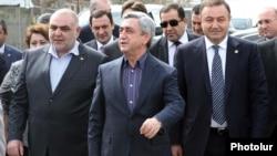 Президент Армении, лидер Республиканской партии Армении Серж Саргсян (в центре), Армавирская область, 11 апреля 2012 г.