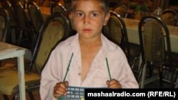 Семирічний хлопчик Бахадар продає жувальну гумку в Ісламабаді, Афганістан. Спонукати дітей до праці поза домом змушені сотні родин у цій країні.