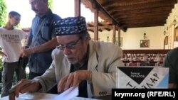 Тимур Пулатов подписывает книги