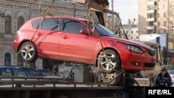 Прежде чем увозить машины на эвакуаторах, автомобилистам надо дать альтернативу, говорят эксперты