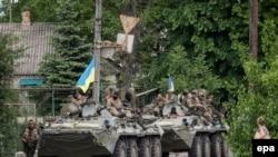 Украинские солдаты на БТРах в районе села Волноваха в Донецкой области, 22 мая 2014 года.