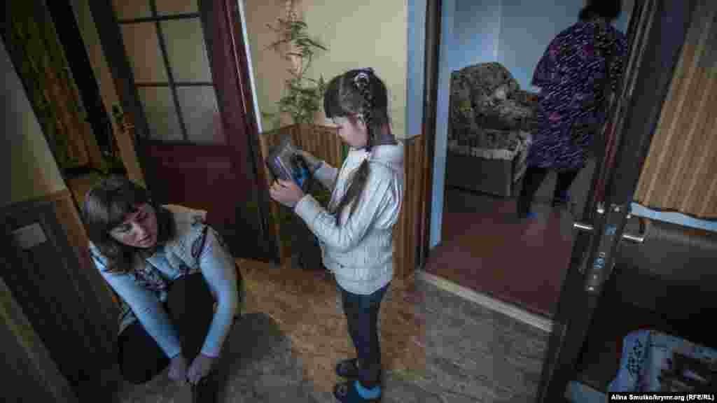 Эльвина и Зарема приехали из симферопольского СИЗО, где были на свидании с Арсеном