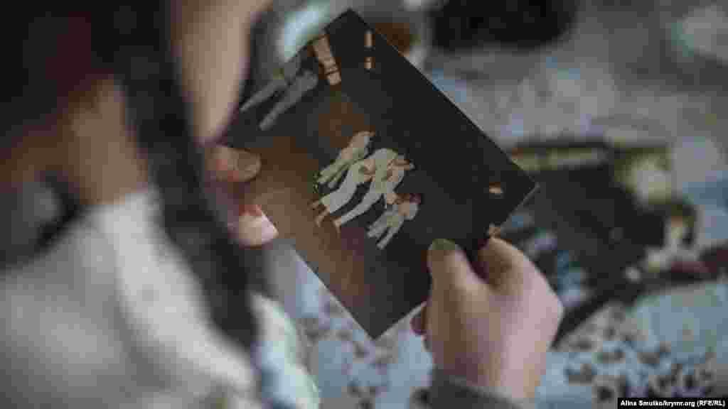 Эльвина держит в руках фотографию отца. На ней Арсен еще школьник во время занятия боевыми искусствами