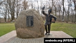 Месца адпачынку на замкавай гары Слаўгараду таксама бязьлюднае. Памятны знак Прапойску (гістарычная назва Слаўгараду)