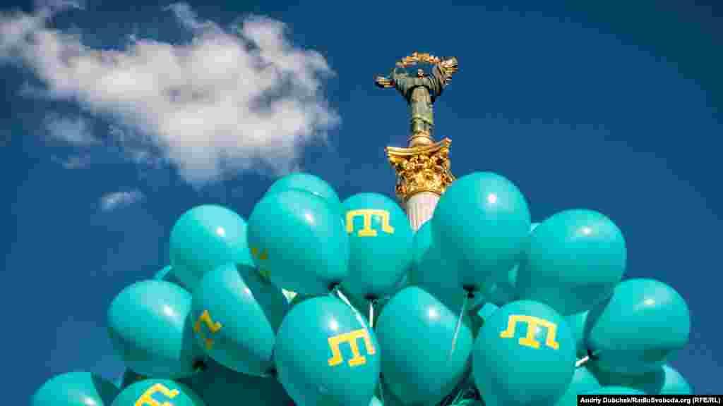 Червень 2016. Десятки прикрашених тамгою блакитних кульок на святкуванні Дня кримськотатарського прапора в центрі Києва