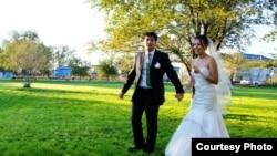 Молодожены Ержан и Гулниса позируют в день свадьбы. Атырау, 8 октября 2011 года.