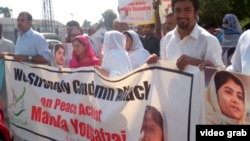Malala Ýousafzaýa edilen hüjümi ýazgaryp, Pakistanyň Peşawar şäherinde geçirilen protest aksiýasy.