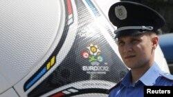 Украинская полиция охраняет мяч чемпионата Европы по футболу. Днепропетровск, июнь 2012 г