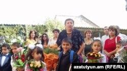 Աշակերտները գնում են առաջին դասարան,Գյումրի, 1-ը սեպտեմբերի, 2008թ.