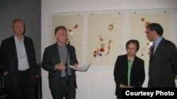 حضور شیرین عبادی در نمایشگاه نقاشی های موسوی در برلین