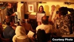 سیمین بهبهانی در حال اهدای جایزه شعر نیما به مریم حسین زاده، همسر محمد مختاری. ۲۰ مهر ۹۱.