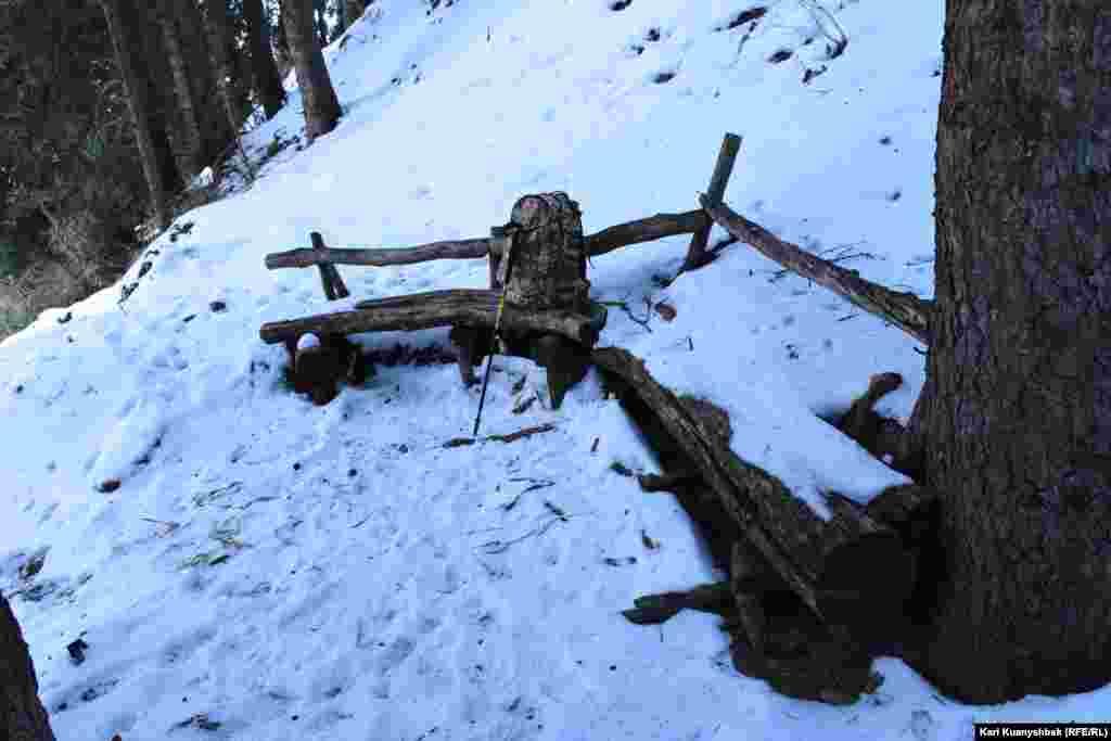 Скамейка на пути в скит, на которой могут отдохнуть путешественники.