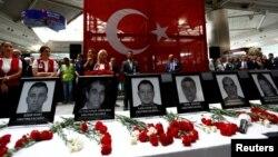Стамбулдагы Ататүрк аэропортунда терактан каза тапкандарга аза күтүү зыйнаты. 30-июнь, 2016-жыл.