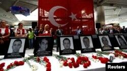 Турција им оддава почит на загинатите во нападите на аеродромот Ататурк.