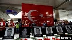 Сотрудники международного аэропорта имени Ататюрка вспоминают своих коллег, убитых во время перестрелки и взрывов в стамбульском аэропорту 30 июня 2016 года.
