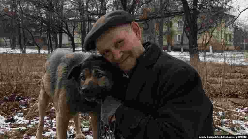 Колишній шахтар, 79-річний Олександр – один з небагатьох, кого ми зустріли на вулицях Стахановця. Його життя пройшло під девізом «Одна семья – Советский Союз» (рос.). З цим девізом він хоче жити і далі. Українського телебачення та радіо тут немає