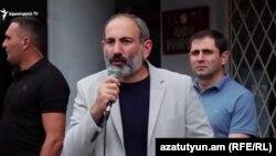 Армения - Премьер-министр Никол Пашинян в Берде во время встречи с жителями, 10 августа 2018 г․