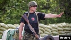 Ополченец сепаратистов на блокпосту в Донецке