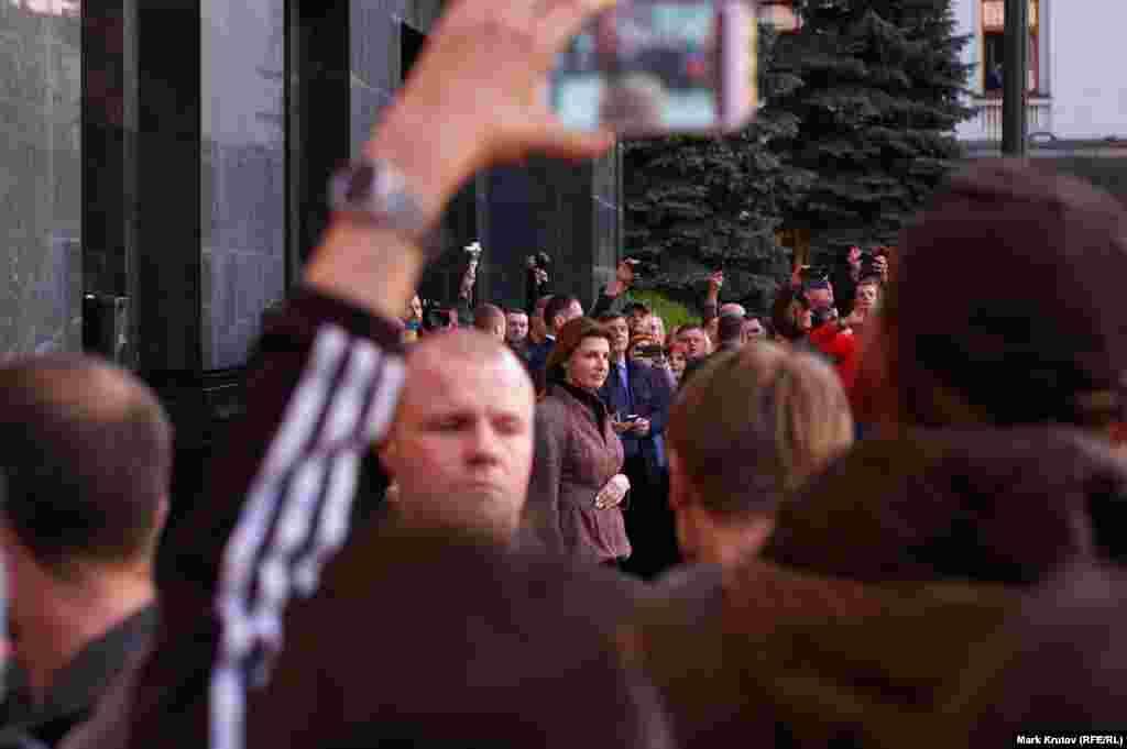 Вместе с ним к собравшимся вышла и первая леди Украины Марина Порошенко.
