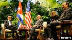 Рауль Кастро и предыдущий президент Кубы Барак Обама во время встречи в Гаване в марте 2016 года