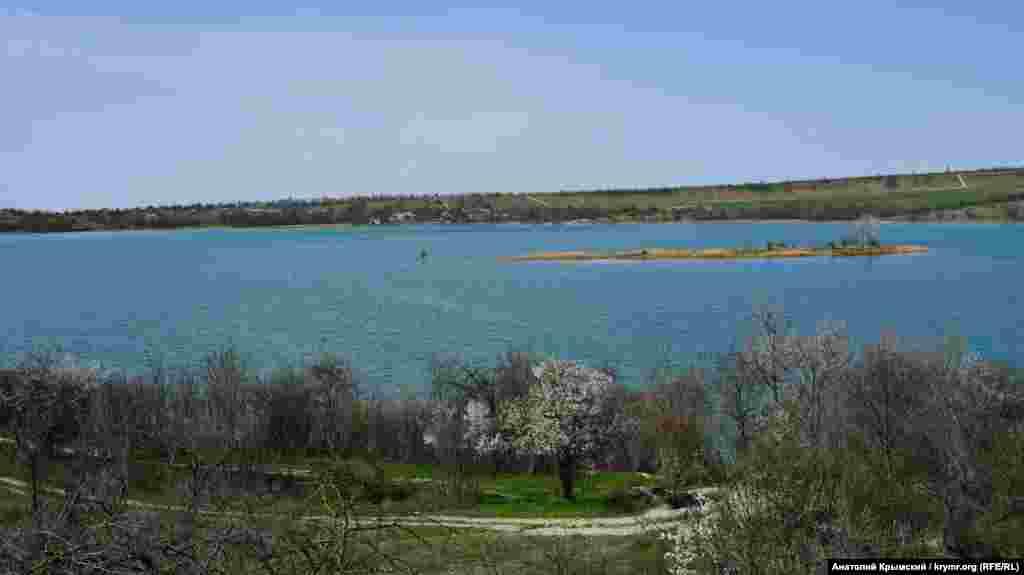 Альмінське водосховище в балці Базар-Джілга. Це перше, побудоване ще 1929 року, водосховище з 23, які є в Криму