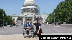 """Нургазы менен """"Азаттыктын"""" кабарчысы Улан Эгизбаев Вашингтондо."""