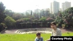Мальчик Дихан Торгаев и его мама Галия Торгаева несколько недель спустя после удачной операции. Тель-Авив, 22 января 2010 года.