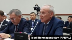 Заместитель председателя комитета национальной безопасности (КНБ) Казахстана Марат Колкобаев (справа) в мажилисе парламента. Астана, 8 сентября 2016 года.
