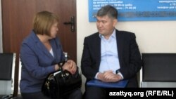 Саят Шаяхметов адвокаттардың бірімен сөйлесіп отыр. Астана, 16 шілде 2014 жыл.