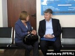 Саят Шаяхметов, бывший вице-министр образования и науки (справа), беседует с адвокатом в день суда над ним. Астана, 16 июля 2014 года.