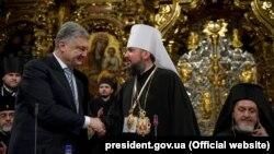 Під час Об'єднавчого собору головою ПЦУ обрали митрополита Епіфанія (на фото: в центрі, ліворуч від президента Петра Порошенка)
