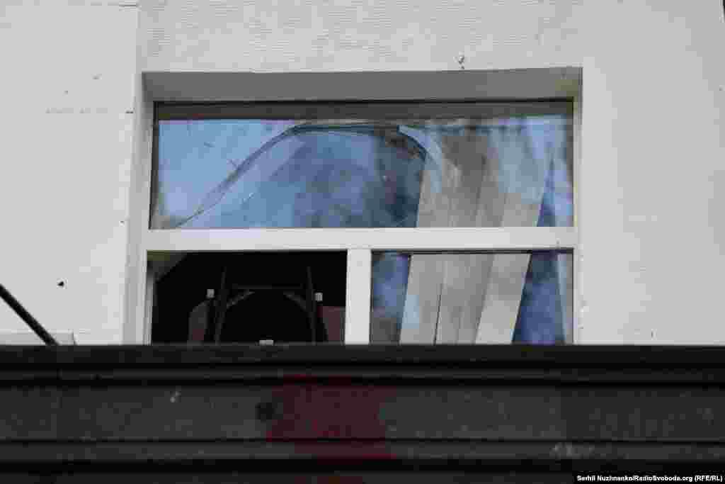 Також активісти облили фарбою будівлю ГПУ, обкидали яйцями та намагалися розбити вікна