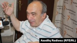Professor Eldar İsmayılov AzadlıqRadiosunun Bakı bürosunda.