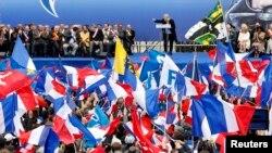 Митинг сторонников Национального фронта в Париже. 1 мая 2013 года. Выступает лидер НФ Марин Ле Пен