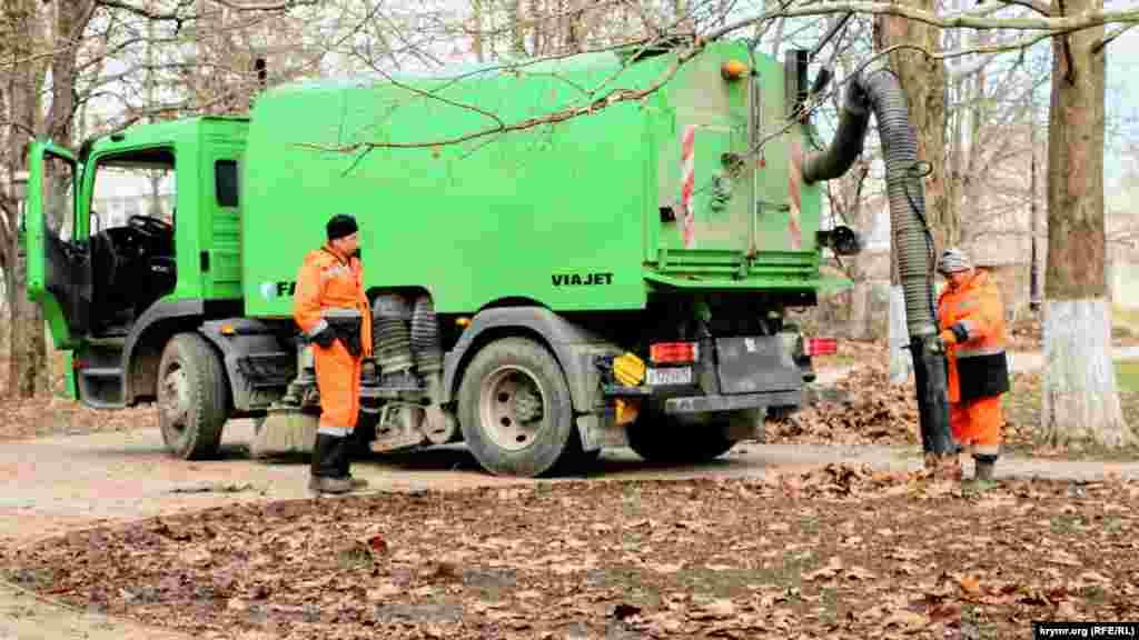 Коммунальщики убирают мусор и опавшие листья