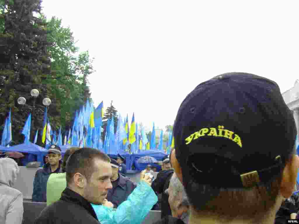 Біля будівлі парламенту надалі перебуває близько сотні активістів Всеукраїнського об'єднання «Свобода». По периметру біля будівлі Верховної Ради перебувають прихильники Партії регіонів.